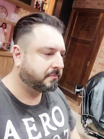 A barba em degradê moderna, alonga o rosto e afina.